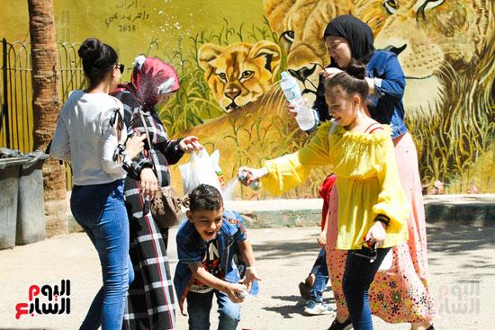 الاطفال يلعبون  في  حديقة الحيوانات