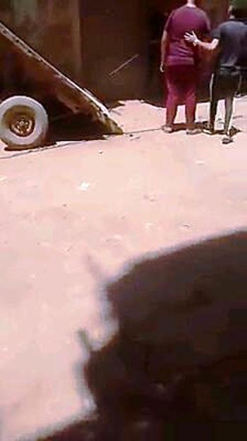 جزار يعذب كلب (1)