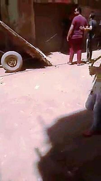 جزار يعذب كلب (2)