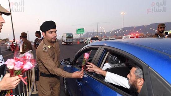 إدارة مرور المدينة المنورة يوزع فى الشوارع ورود على الحجاج  (4)