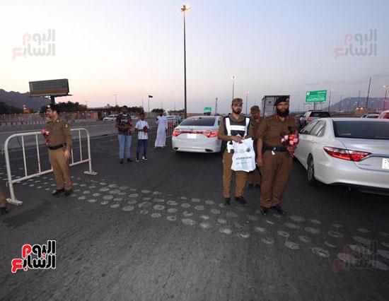إدارة مرور المدينة المنورة يوزع فى الشوارع ورود على الحجاج  (1)