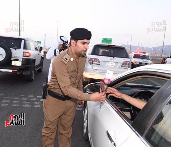 إدارة مرور المدينة المنورة يوزع فى الشوارع ورود على الحجاج  (3)