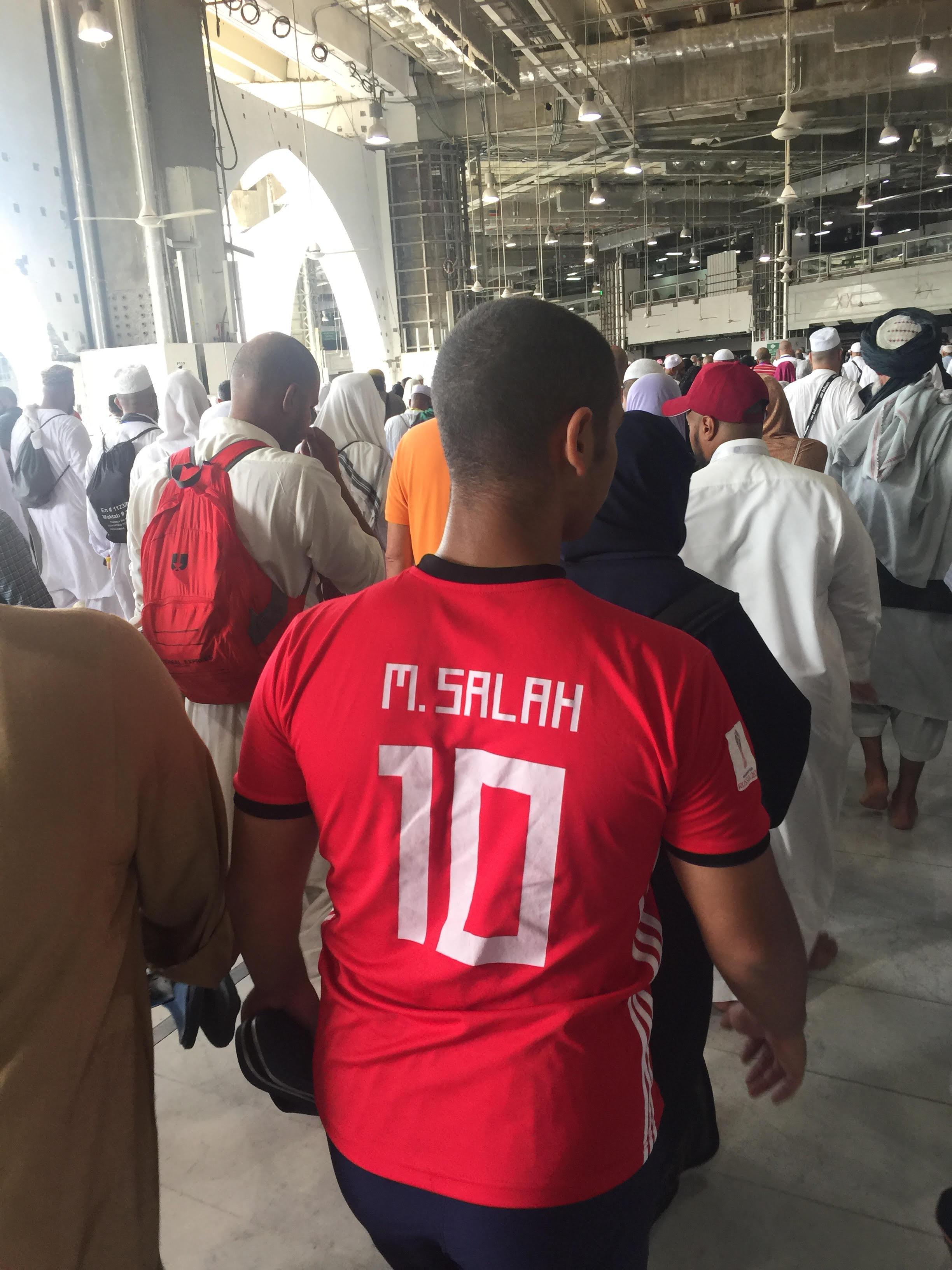 شاب يرتدي تيشيرت محمد صلاح