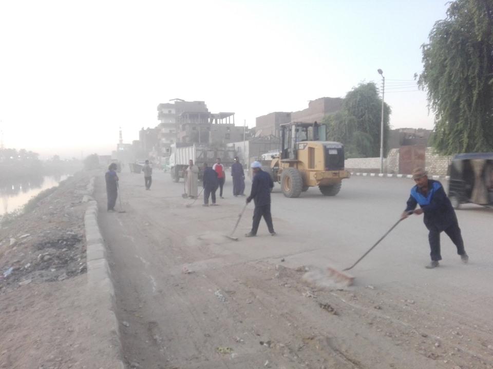 رفع المخلفات والأتربة من المرسي السياحي ومحيط ترعة أصفون بمدينة إسنا  (2)
