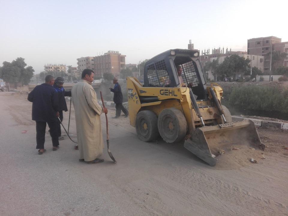 رفع المخلفات والأتربة من المرسي السياحي ومحيط ترعة أصفون بمدينة إسنا  (1)