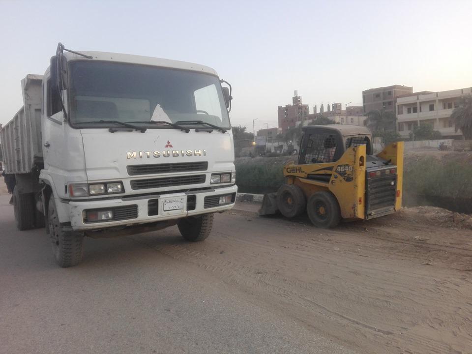 رفع المخلفات والأتربة من المرسي السياحي ومحيط ترعة أصفون بمدينة إسنا  (4)
