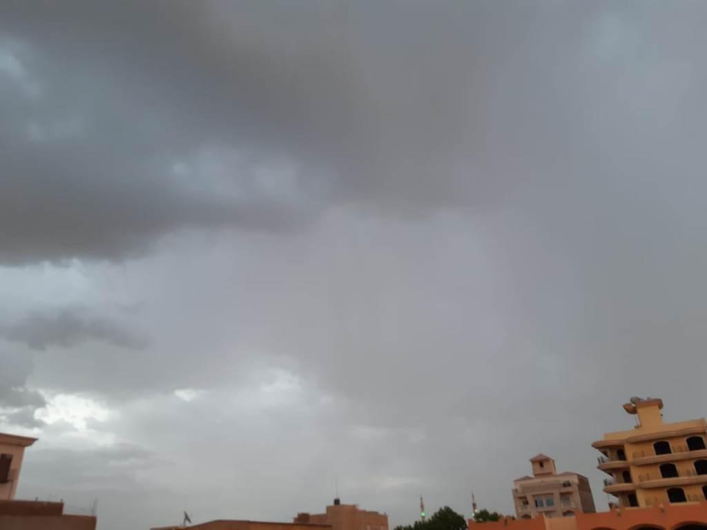 سحب كثيفة ورياح محملة بالأمطار الخفيفة (12)