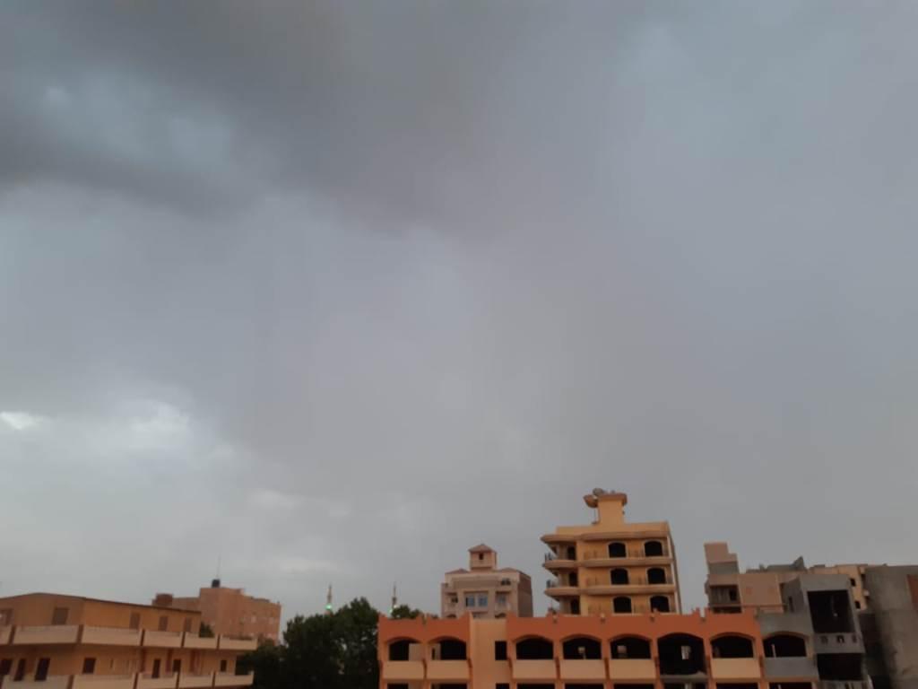 سحب كثيفة ورياح محملة بالأمطار الخفيفة (2)