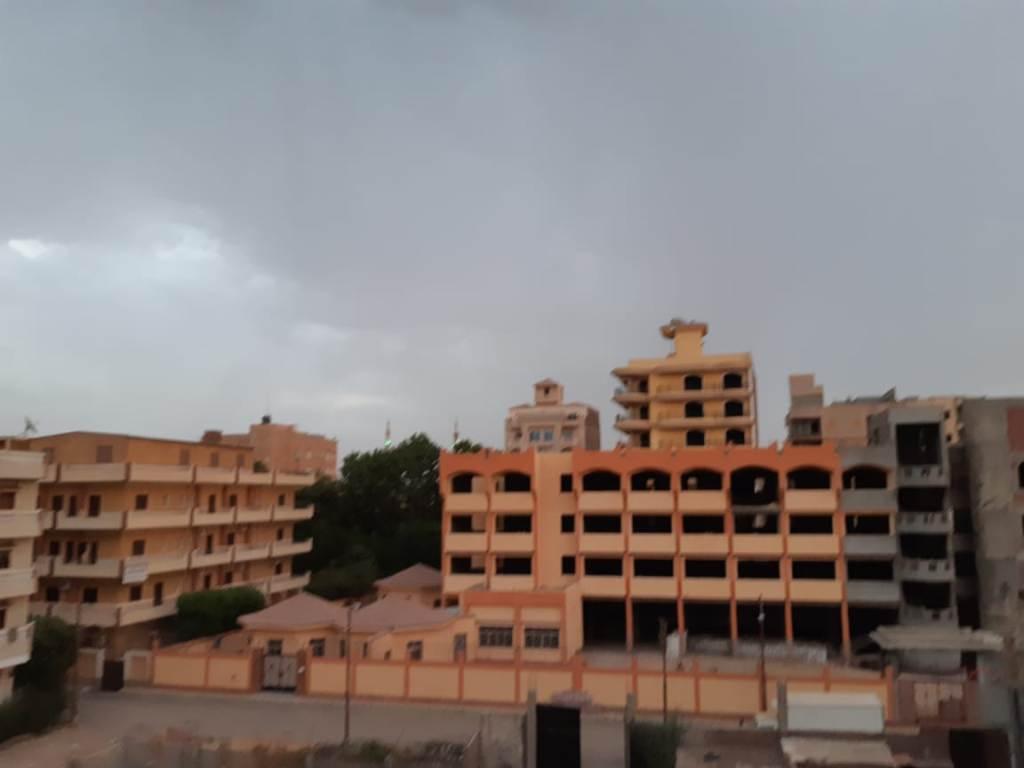 سحب كثيفة ورياح محملة بالأمطار الخفيفة (4)
