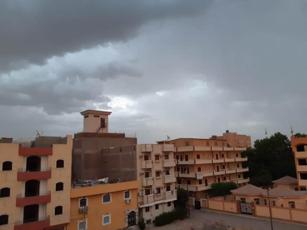 سحب كثيفة ورياح محملة بالأمطار الخفيفة (8)