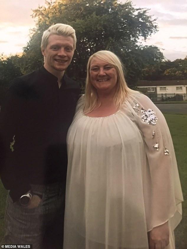 سيدة تخسر 21 كيلو من وزنها حتى لا تحرج أبنها بزفافه (4)