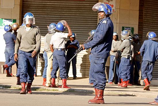 الشرطة تواجه المحتجين