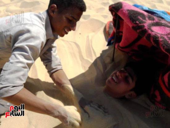 صاحب مركز علاج يدفن جسد شاب فى الرمال