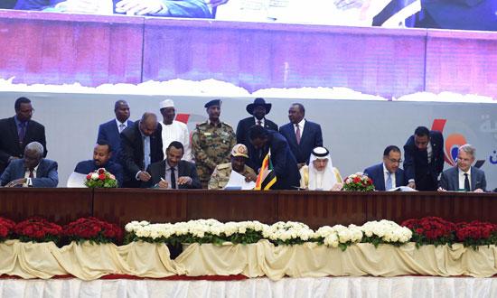 رئيس الوزراء يوقع شاهدا على الوثيقة الدستورية للفترة الانتقالية بالسودان (1)
