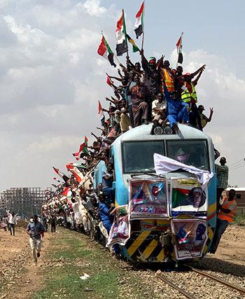 السودانيون أعلى القطار