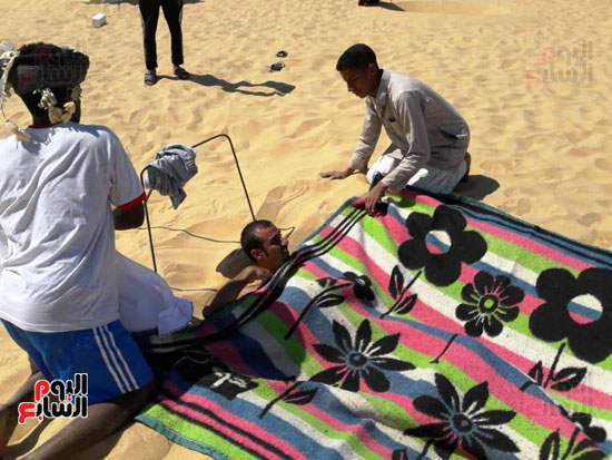 كيفية دفن شاب وسط الرمال للاستشفاء