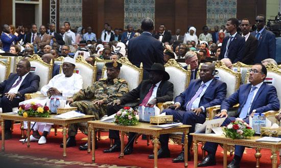 رئيس الوزراء يوقع شاهدا على الوثيقة الدستورية للفترة الانتقالية بالسودان (17)