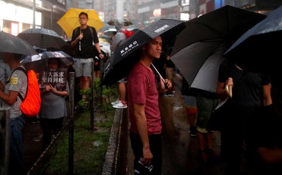 احتجاجات-تحت-الأمطار