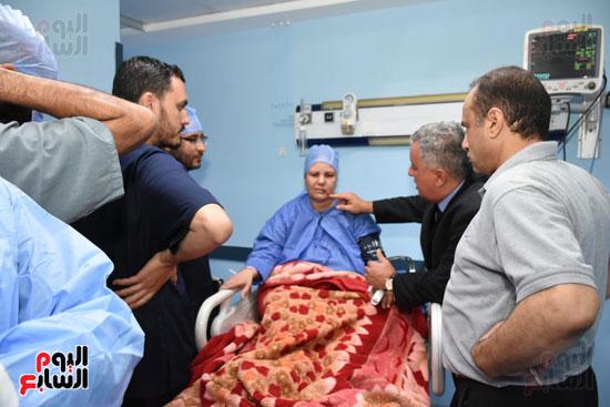 لجنة طبية تتابع حالة مريضة