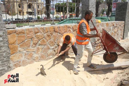 العمال داخل القصر التاريخى