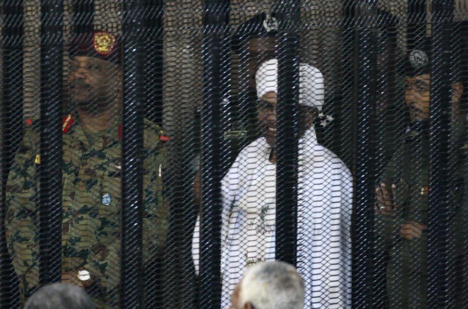 عمر البشير  فى جلسه محاكمته (2)