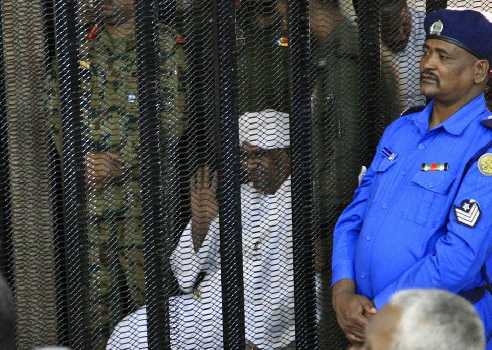 عمر البشير  فى جلسه محاكمته (4)