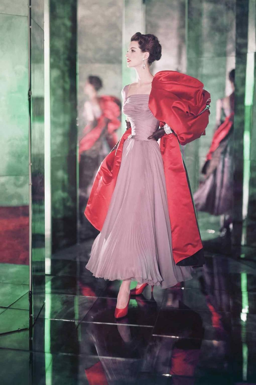 عارضة أزياء ترتدى حذاء أحمر من الساتان عام 1956