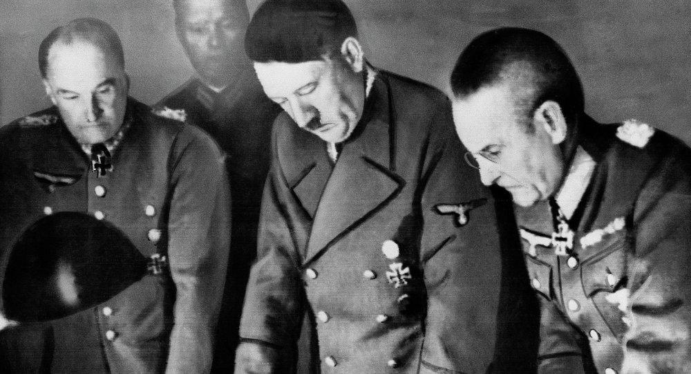 هتلر وسط قيادات جيشه