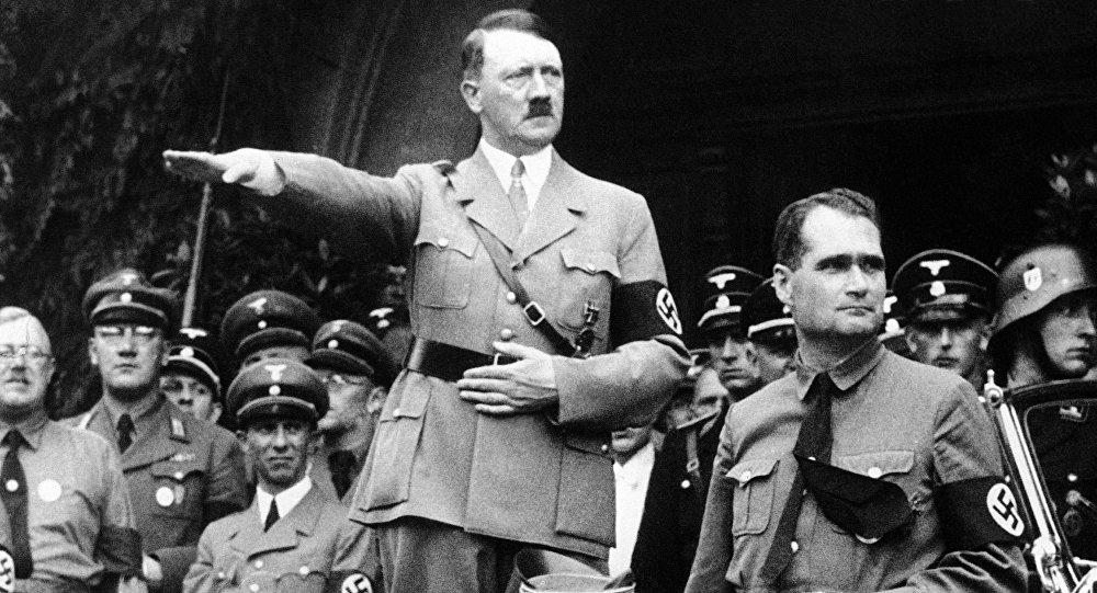 هتلر وهو يقدم التحية النازية لجنوده