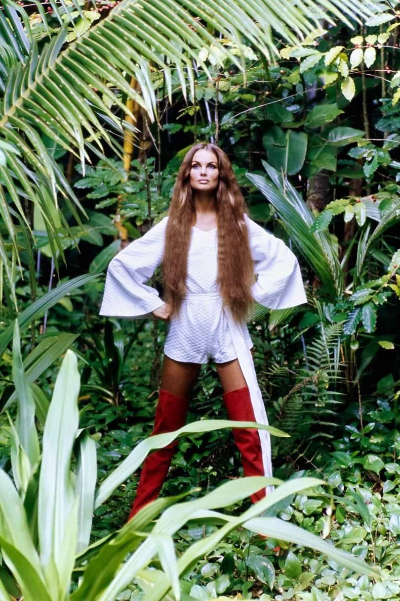 عارضة الأزياء جان شريمبتون ترتدي بوط يصل إلى الفخذ باللون الأحمر مصمم من قبل هربرت ليفين عام 1970