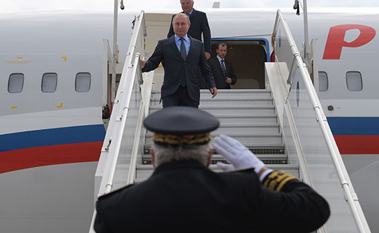 الرئيس-بوتين-ينزل-من-الطائرة-الرئاسة-على-ارض-فرنسا