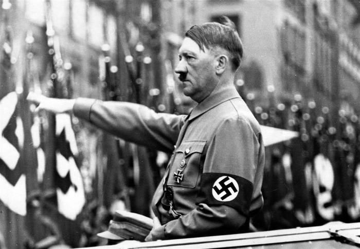 ادولف هتلر يؤدى التحية النازية