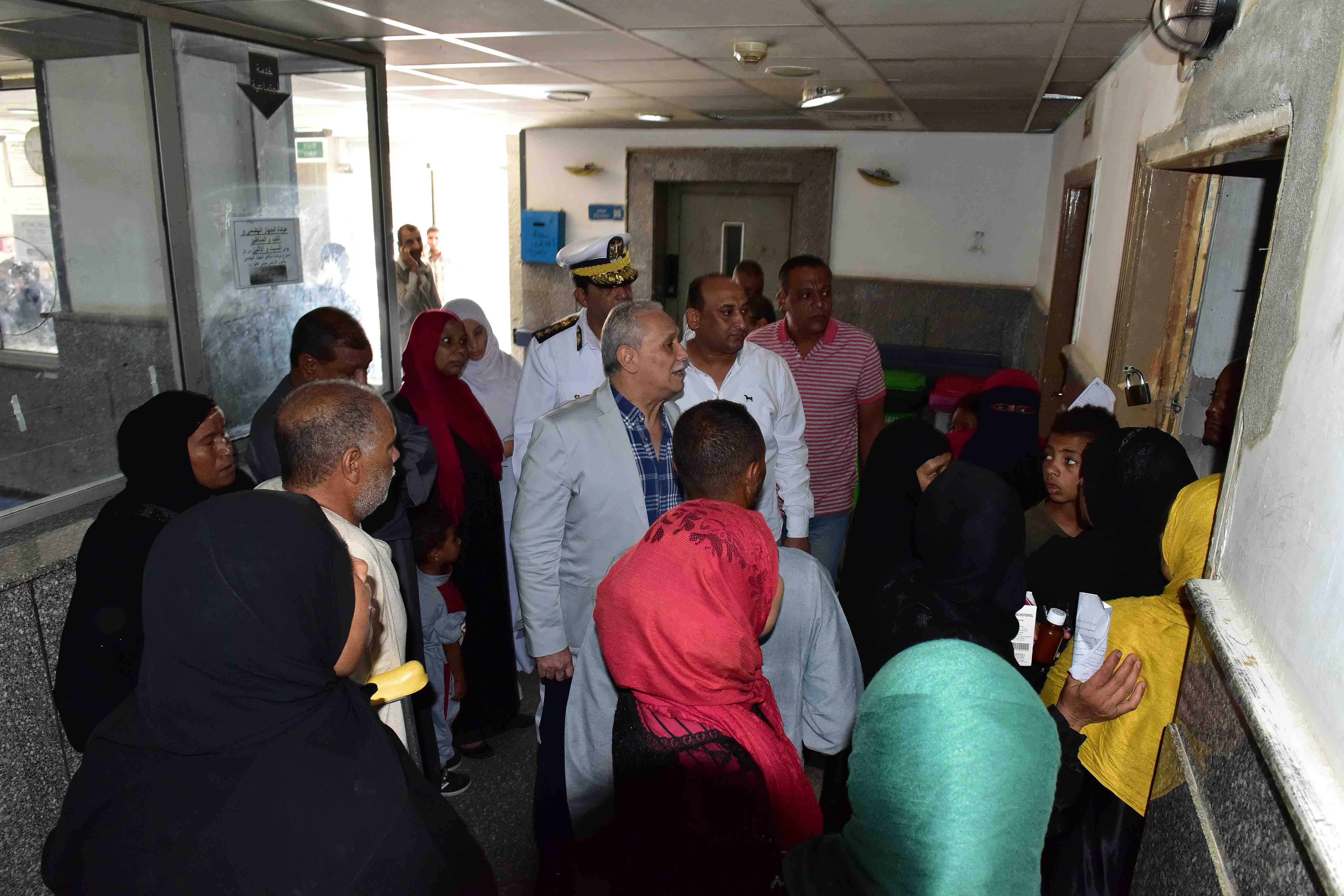 محافظ الأقصر يلتقى بالمرضى بمستشفى الأقصر العام (1)
