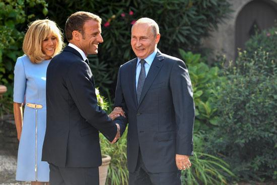 بوتين-يصافح-ماكرون