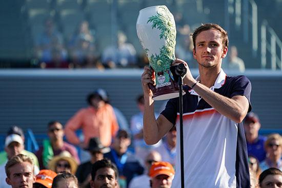 دانييل يحمل كأس البطولة