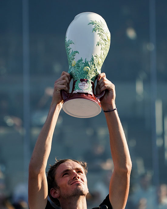 ميدفيديف يحمل كأس البطولة