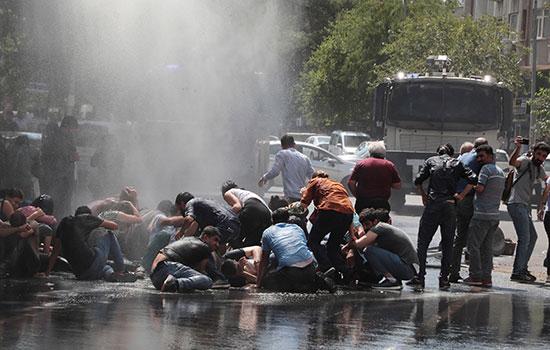 الشرطة التركية تفرق المحتجون