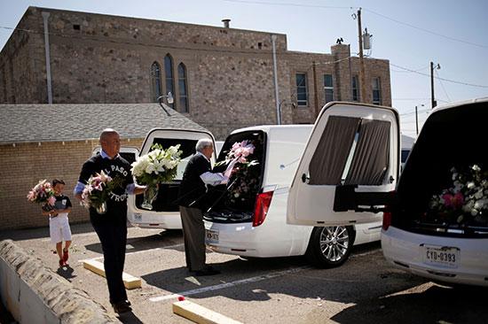 وضع الزهور داخل سيارات نقل الضحايا