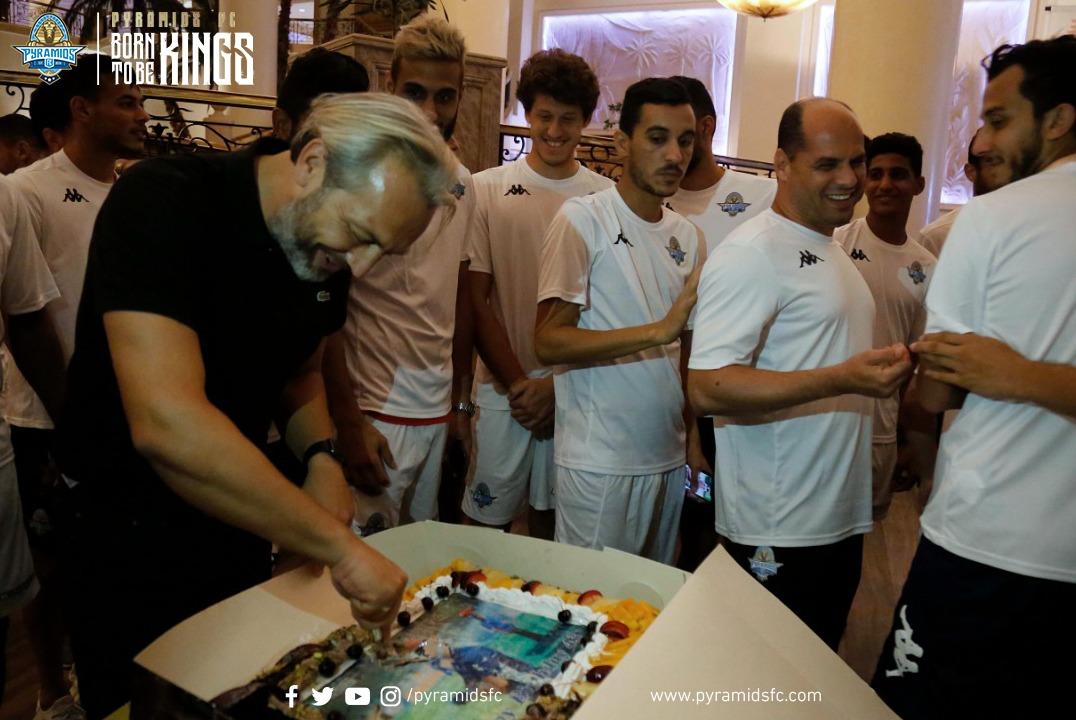 أحتفال لاعبى بيراميدز بالمدير الفنى ديسابر  (2)