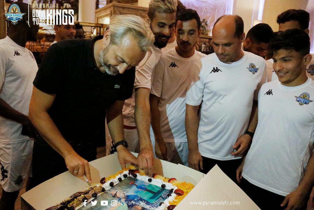 أحتفال لاعبى بيراميدز بالمدير الفنى ديسابر  (4)