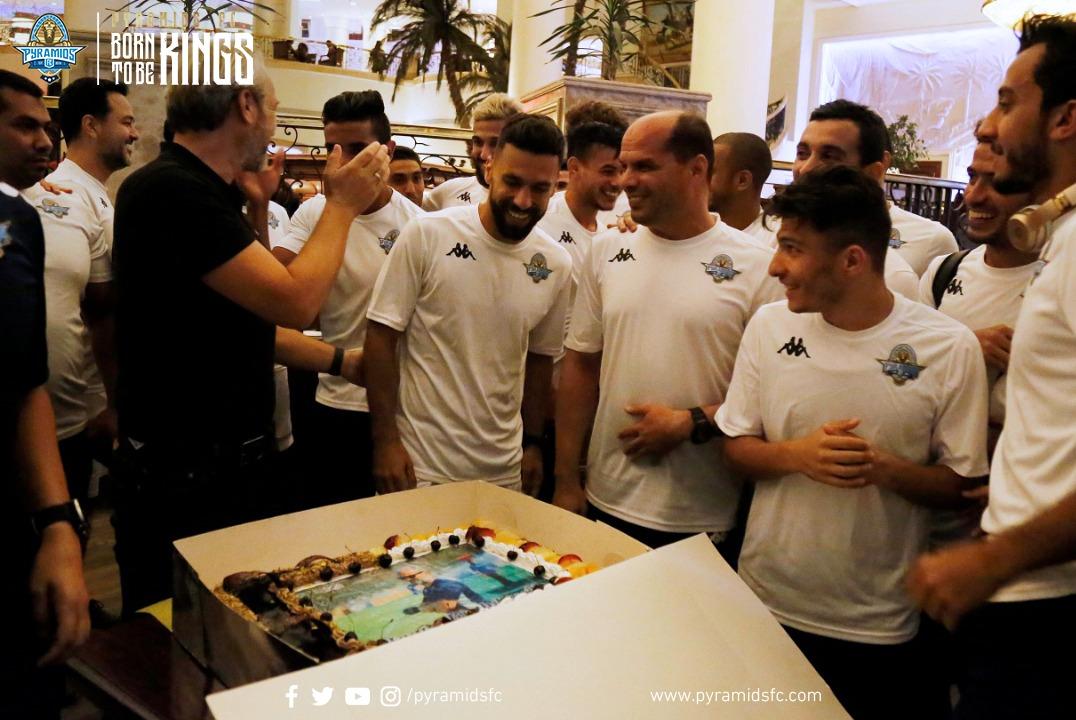 أحتفال لاعبى بيراميدز بالمدير الفنى ديسابر  (1)