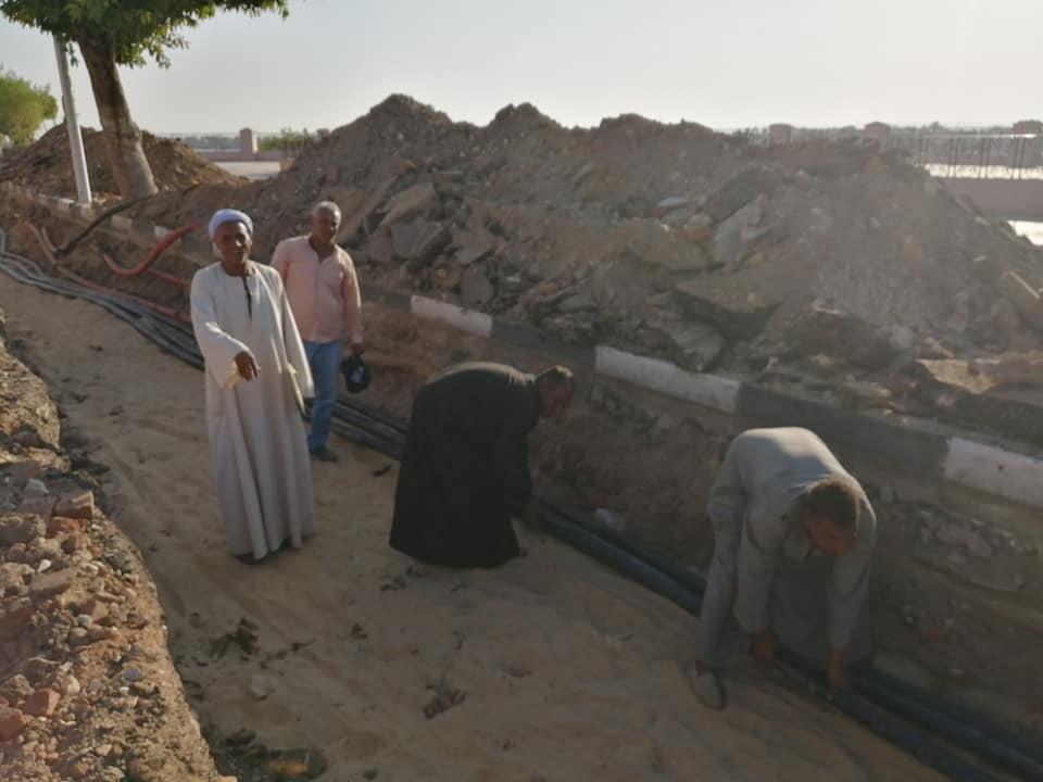 الأقصر تعلن قرب الإنتهاء من مد كابلات الكهرباء بالمرحلة الثانية لتطوير كورنيش النيل (4)
