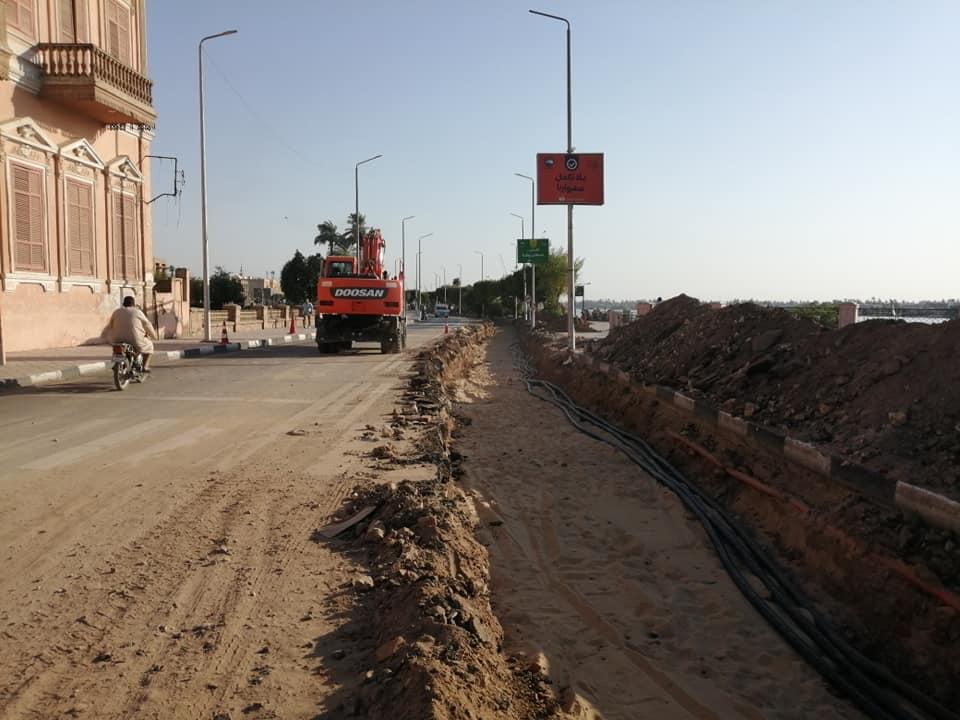 الأقصر تعلن قرب الإنتهاء من مد كابلات الكهرباء بالمرحلة الثانية لتطوير كورنيش النيل (2)