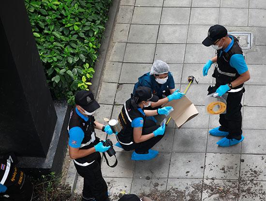 خبراء المفرقعات يفحصون مكان الانفجار