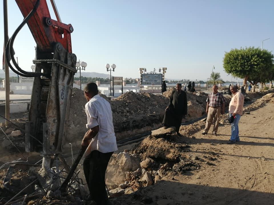 الأقصر تعلن قرب الإنتهاء من مد كابلات الكهرباء بالمرحلة الثانية لتطوير كورنيش النيل (1)
