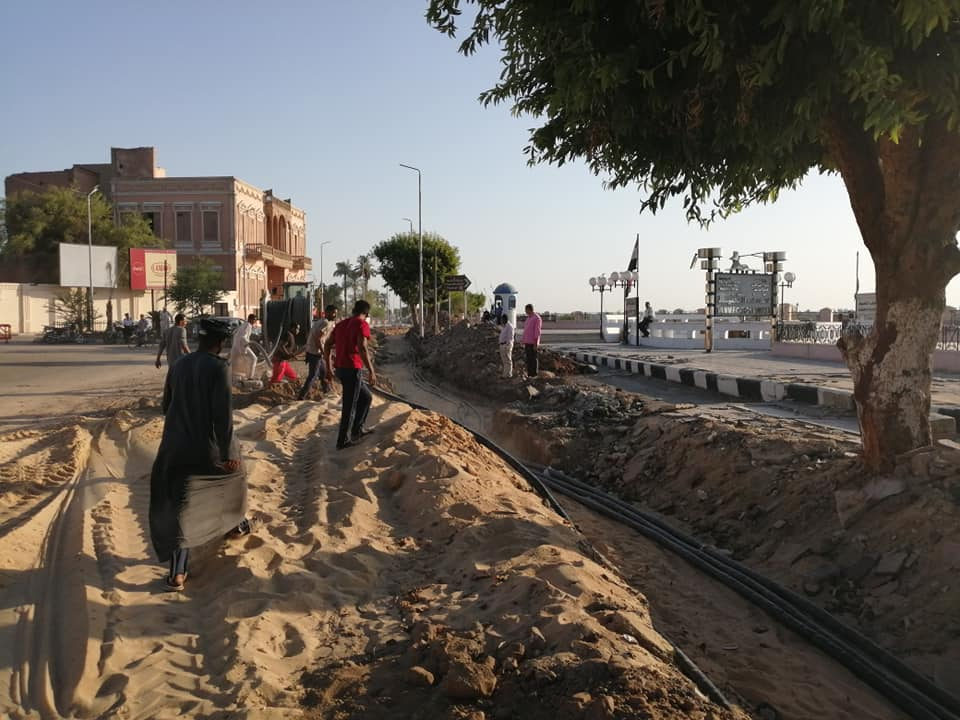 الأقصر تعلن قرب الإنتهاء من مد كابلات الكهرباء بالمرحلة الثانية لتطوير كورنيش النيل (7)