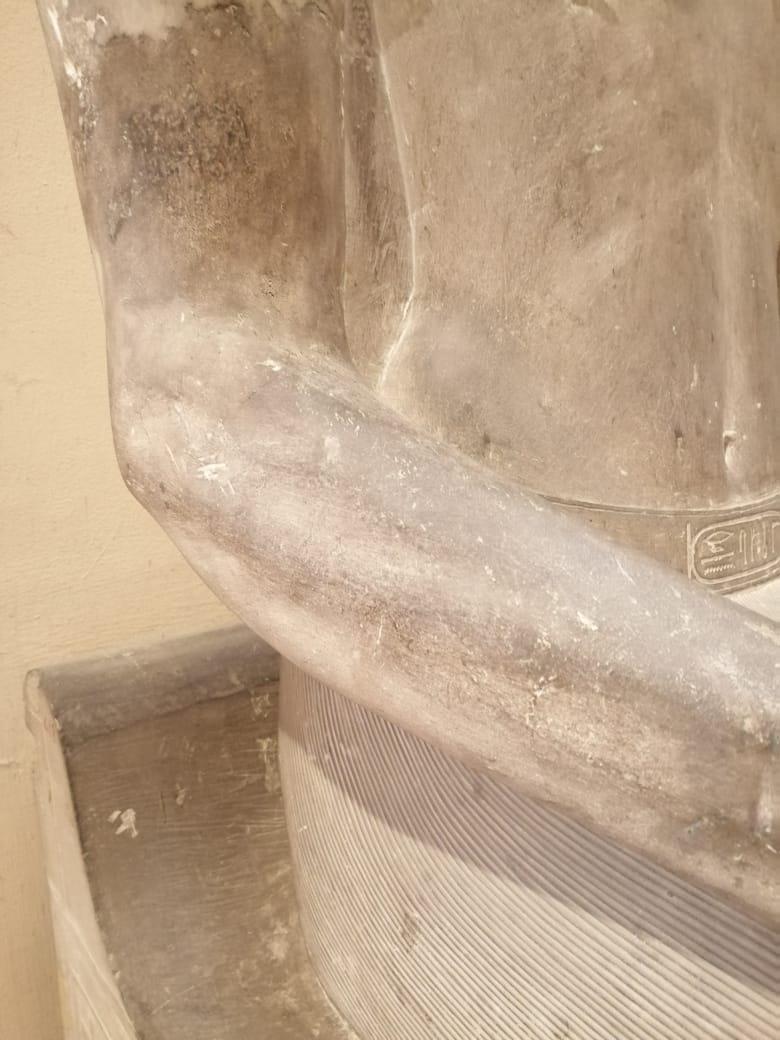 إزالة التشوهات لتمثال سنوسرت الأول (1)