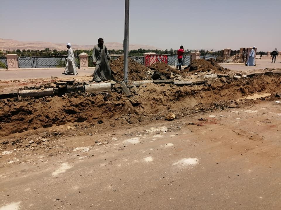 الأقصر تعلن قرب الإنتهاء من مد كابلات الكهرباء بالمرحلة الثانية لتطوير كورنيش النيل (6)