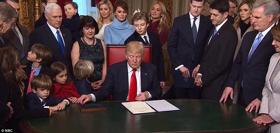 أحفاد ترامب بجواره أثناء توقيعه ترشيحات الحكومة