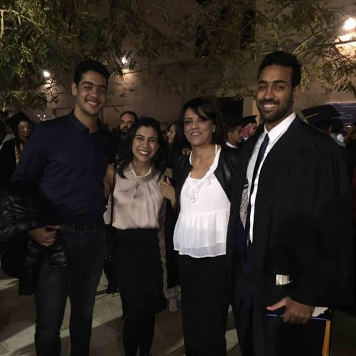 أحمد هشام مع عائلته